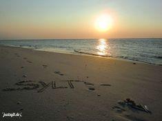 """Sylt gilt als die Insel der Ursprünglichkeit, der Traditionen und der Kontraste: Unter Kennern liebevoll """"Die Insel"""" genannt. Hier kann man sein, wie und wer man möchte. Ganz individuell und doch in Gemeinschaft. Die Zeit gestaltet sich abwechslungsreich, aktiv oder lässig entspannt. Je nach Geschmack, Lust und Laune. Auf Sylt geht man an der tosenden Nordseebrandung spazieren, trifft auf das Weltnaturerbe Wattenmeer, radelt entlang der weitläufigen Dünenlandschaft oder buddelt mit den…"""