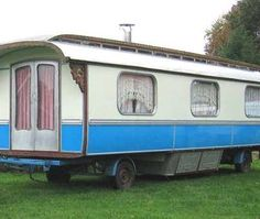 I'd love to find one of these! Gypsy Caravan, Gypsy Wagon, Vintage Travel Trailers, Vintage Campers, Bo Ho, Girl Cave, Portable House, Teardrop Trailer, House On Wheels