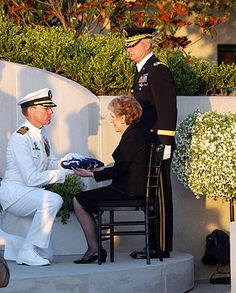 James A. Symonds, presents former President Ronald Reagan's casket flag to former First Lady Nancy Reagan. James A. Symonds, presents former President Ronald Reagan's casket flag to former First Lady Nancy Reagan. Presidents Wives, Greatest Presidents, American Presidents, American History, Nancy Reagan, President Ronald Reagan, Former President, American First Ladies, American Pride