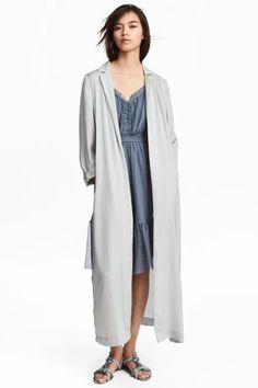 Długi płaszcz z satyny - Jasnoszary - ONA   H&M PL