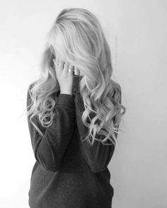 Resultado de imagem para menina de cabelo loiros levemente ondulados de costas tumblr