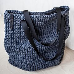 And here is a gorgeous charcoal XL tote. Custom order for Crochet Tote, Crochet Purses, Jeans Und Hoodie, Chunky Crochet, Chunky Yarn, Tshirt Garn, Crochet Shoulder Bags, Diy Tote Bag, Custom Tote Bags