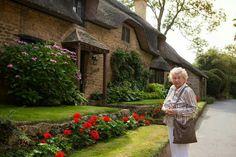 "Beaton (Marion Chesney) outside ""Agatha's cottage. Agatha Raisin Series, Detective, Book People, Mystery Novels, Cozy Mysteries, I Love Reading, Children's Literature, Agatha Christie, I Love Books"