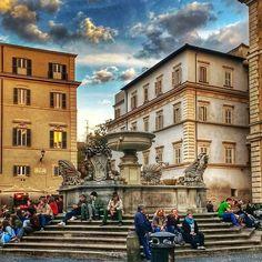 Admirando a beleza da luz desse dia de Primavera bem na Piazza Santa Maria in Trastevere! . Lembre-se que nós fazemos o seu roteiro personalizado em Roma organizamos o seu transfer do/para o aeroporto e também sua hospedagem! info@emroma.com . Veja mais no Snapchat Em_Roma #Roma #europe #instatravel #eurotrip #italia #italy #rome #trip #travelling #snapchat #emroma #viagem #dicas #ferias #dicasdeviagem #brasileirospelomundo #viajandopelomundo #brasileirosporai #scattidaricordare…