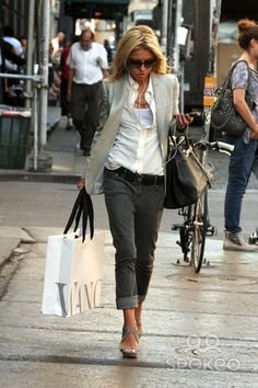 Presenter Kelly Ripa leaving the Vera Wang store after shopping for a birthday gift for her mother-in-law