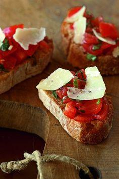 Bruschetta aux tomates, basilic et parmesan - Larousse Cuisine