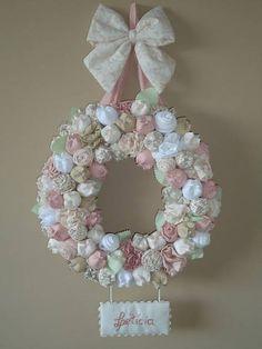 """Ah, as flores...    """"Tivesses tu nascido uma flor   Serias, sim, como as flores do campo.   Tivesses tu nascido uma flor   Os jardins seriam mais belos! ...""""    Enfeite para porta, enfeite para parede personalizado com  flores em diversas cores e tons. Trabalhadas artesanalmente  com tecidos 100%..."""