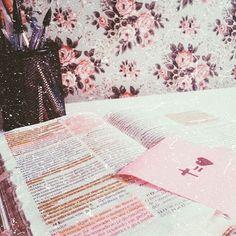 Eu sei em quem tenho crido e sei que Ele è Fiel! Sei que quando o Senhor começa uma obra Ele termina, quando Ele promete, cumpre! Deus è amor e escolheu nos amar! E isso me alegra, pois sei que quando o vento sopra não estou só! Quando leio a tua palavra contemplo a tua grandeza e sei que vai valer a pena! E sei que as promessas vão se cumprir! E sei que estas Aqui comigo!  #AmigoEspiritoSanto 💖💫