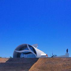 Este é o Memorial Coluna Prestes, localizado na Praça dos Girassóis, em Palmas (TO). O memorial foi projetado pelo arquiteto Oscar Niemeyer e abriga um salão de exposições com peças originais da história da Coluna, além de auditório para 87 lugares. Foto: @victorludwig (via Instagram)