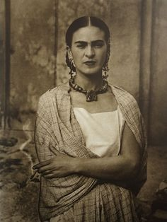 Read about century artist Frida Kahlo, and discover the conditions that led to her artistic creations and highly scrutinized life. Diego Rivera, Frida E Diego, Frida Art, Photography Photos, White Photography, Karneval Diy, Fridah Kahlo, Arte Latina, Kahlo Paintings