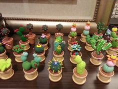 Cactus porcelana Polymer Clay Figures, Polymer Clay Projects, Diy Clay, Polymer Clay Art, Polymer Clay Jewelry, Garden Cupcakes, Clay Flowers, Flower Pots, Cactus Art