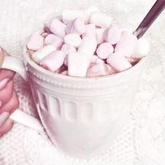 Asking yourselves what's the best way to start the day? When in doubt, go for the ☕️hot chocolate with marshmallows!! ⛄️ Winter is here to make us realise that ✨little things, such as a cosy afternoon with our bestie, an #yummy snack and a lovely movie, ✨are the things that really matter So make plans for this weekend and invite your friends to come over! After all, life only makes sense when we have the right people by our side!