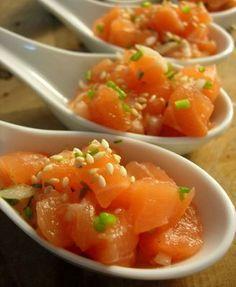 Sabor Saudade: Nosso peixe de sábado: tartar de salmão em rolinhos de pepino