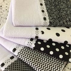 Kit 5 panos de prato barra preto e branco. Applique Wall Hanging, Baby Hammock, Baby Applique, Baby Sheets, Patchwork Baby, Pillowcase Pattern, Decorative Towels, Sewing Table, Ribbon Work