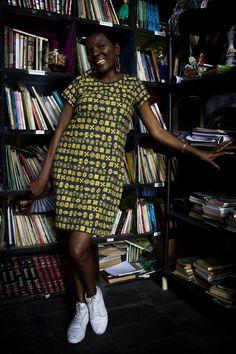 A modelo Joana Darc Joana usa vestido com estampa adinkras. Valor R$79,90.