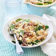 Risoni med bacon, svamp och parmesan (Skiva svampen istället för att klyfta. Funkar med fryst spenat. Koka risoni halvfärdig.)