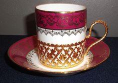 Tasse sur base en métal doré et sa soucoupe en porcelaine DM Limoges à décor or