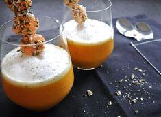 Karotten-Kokos-Suppe / Dillschaum / Kürbiskern-Garnelenspieß Ingredienzen für Vier: 1 Zwiebel / 1 mehliger Erdapfel / 1 kg Karotten / 2 Knoblauchzehen / etw. Olivenöl / 500 ml Wasser / 400 ml Kokosmilch /Sz. & Pf. / 100 ml Milch / 2 EL gehackter Dill / ca. 12 Garnelen / 4 EL gehackte Kürbiskerne / Karotten-Kokos-Suppe: Zwiebel und mehligen Erdapfel schälen und grob würfeln / Karotten in 1 cm große Würfel schnei...