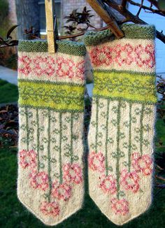 Vinterblomster mittens pattern by Heidi Mork vinterblommen- free mitten pattern by Heidi Mork knit by Fascine Knitted Mittens Pattern, Crochet Gloves, Knit Mittens, Knitting Socks, Knit Crochet, Knitted Hats, Knitting Charts, Free Knitting, Knitting Patterns