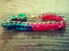 Linda pulsera en cadena e hilo multicolor.