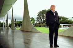 Oscar Niemeyer visita o Palácio da Alvorada em 2003