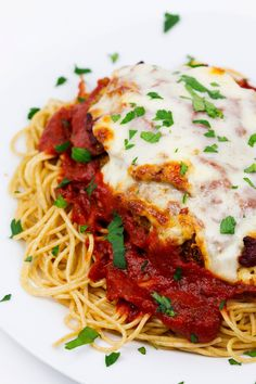 With this chicken Parmesan you will get restaurant quality taste all done right in your own kitchen. So whip up this dish for your next Italian dinner night. Gourmet Chicken, Healthy Baked Chicken, Chicken Zucchini, Chicken Parmesan Recipes, Yummy Chicken Recipes, Yum Yum Chicken, Easy Dinner Recipes, Easy Meals, Mince Recipes