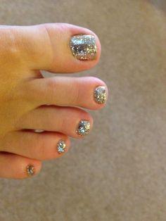 Gel pedicure toes toenails sparkle ideas for 2019 Glitter Pedicure, Shellac Pedicure, Summer Pedicure Colors, Summer Toe Nails, Pedicure Designs, Toe Nail Designs, Pedicure Ideas, Healthy Nails, Gorgeous Nails