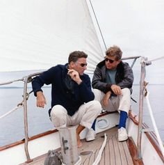JFK with brother-in-law Peter Lawford on the US Coast Guard yacht Manitou John F Kennedy, Kennedy Wife, Les Kennedy, Style Ivy League, Celebridades Fashion, Familia Kennedy, Peter Lawford, Ivy Style, Men's Style