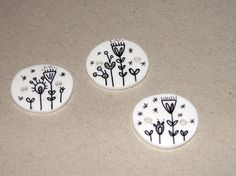 Bettyjoy tutorials: Make your own buttons with shrinky dink plastic.