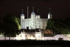 LONDON - TOWER OF LONDON AT NIGHT - BUILT IN 1078.