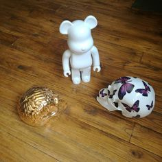 Today: meeting! // #skullbrain by @byemiliogarcia  #skull by @NooN_ArtFr and #bearbrick by @medicom_toy // made in @kolintribu  #Limoges France porcelain