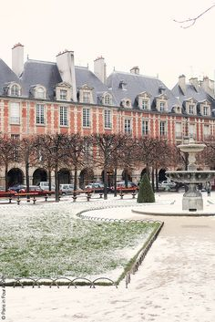 Place des Vosges, Paris. La mas antigua de Paris. El cuadro perfecto de descansar en un cafe.
