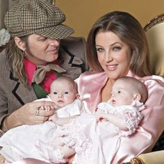 Lisa Marie Presley w/ twins Harper & Finley & husband Michael Lockwood & cause twins run in the Presley family being Elvis was Twin but Jessie his brother died at birth :( Elvis Presley Grandchildren, Elvis Presley Family, Elvis Presley Photos, Elvis And Priscilla, Lisa Marie Presley, Priscilla Presley, Famous Twins, Famous Couples, Musica