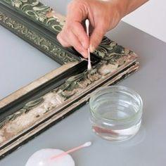 Nettoyage du cadre avec du coton-tige