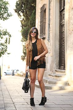 trendy-taste-look-outfit-street-style-ootd-blog-blogger-fashion-spain-moda-españa-chaleco-flecos-fringed-vest-balenciaga-mustt-botines-camperos-shorts-negros-dior-sunnies-gafas-6 Grunge Outfits, Casual Outfits, Fashion Outfits, Billie Eilish, Sport Fashion, Fitness Fashion, Shorts Negros, Trendy Taste, Sunnies