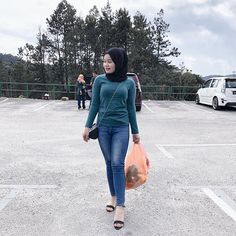 """❶❾ di Instagram """"🛍🥬🍓🍅"""" Hijab Jeans, Amazing Women, Overalls, Normcore, Pants, Instagram, Style, Fashion, Trouser Pants"""