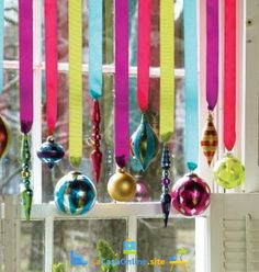 Christmas window display or in front of a mirror Things you can make with old christmas tree ornaments Easy Christmas Ornaments, Old Christmas, Simple Christmas, Christmas Holidays, Christmas Bulbs, Hanging Ornaments, Christmas Windows, Christmas Colors, Glass Ornaments
