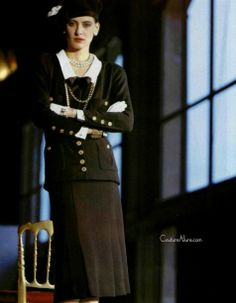 Chanel 1984 Style Coco Chanel, Chanel Style Jacket, Coco Chanel Fashion, Mode Chanel, Chanel Paris, Chanel Couture, Couture Fashion, Chanel Poster, Karl Lagerfeld