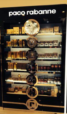 Muy bonito y muy elegantes este expositor de productos de paco rabanne . Me encanta la combinación del negro con el dorado