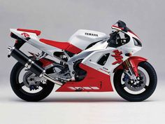 The first-generation Yamaha was a beast when it debuted in 1998 and is still surprisingly sharp-clawed and red-eyed today. Motos Yamaha, Yamaha Motorcycles, Yamaha Yzf R6, Vintage Motorcycles, Ducati, Custom Motorcycles, Yamaha R1 2003, Garage, Speed Bike