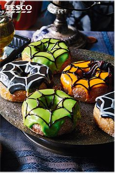 Give delicious doughnuts a Halloween makeover with this easy spiderweb decoration. Perfect for a Halloween party or as a 'treat-or-treat' treat, choose a spooky colour for your icing and draw on a simple web design. Halloween Donuts, Fun Halloween Crafts, Halloween Baking, Halloween Food For Party, Halloween Cakes, Cute Halloween, Halloween Treats, Christmas Donuts, Churros