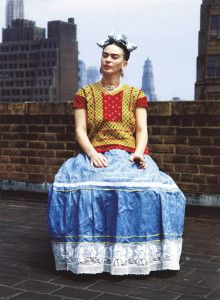 Tutti la conoscono e la riconoscono nei suoi quadri: le pinzette che abbiamo trovato nel suo armadio (armadio d'artista) sono ancora intatte, perchè lo sguardo di #Frida è ormai un marchio di fabbrica! Il 20 marzo alle #Scuderie del #Quirinale apre la mostra a lei dedicata, e noi siamo andati a curiosare in camera sua, per vedere cosa nasconde: http://artsharingproject.com/larmadio-di-frida-kahlo/  Frida in abito messicano. Ph. Nickolas Muray, ca. 1946