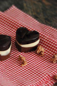 Herz-Pralinen selber machen - einfach drei Schokoladensorten schmelzen und schichtweise abkühlen lassen.
