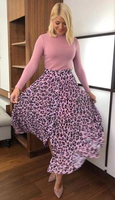 This Morning's Holly Willoughby looked amazing on Thursday's show wearing a pink leopard print skirt by Label Mix - a brand stocked at Next. Printed Skirt Outfit, Leopard Skirt Outfit, Leopard Print Outfits, Leopard Print Skirt, Pink Leopard Print, Printed Skirts, Skirt Outfits, Nice Outfits, Work Outfits