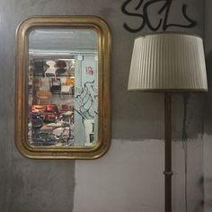 Specchio a vassoio in legno dorato a foglia d oro zecchino. Inizi 900. Ottime condizioni. Misure e prezzo su richiesta. #magazzino76 #viapadova76 #M76 #milano #nolo #modernariato #antiquariato #vintage #design #specchio #specchiovintage #specchioavassoio #lampade #sedie #primi900 #oro #orozecchino #writer #streetart #underground #compromodernariato #acquistodesign #acquistomodernariato #comprodesign #comprovintage #acquistovintage #solocoseoriginali