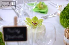 """Zielony storczyk w mleku. Green orchid in milk by """"Ślub Ręcznie Robiony"""" Wedding Planners. Biało zielone dekoracje stołu weselnego w całości wykonane przez Agencję Ślubną Sroczyńskich """"Ślub Ręcznie Robiony""""."""