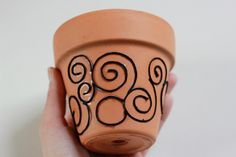 Great way to use broken china / pottery / leftover tile to add color to your home decor, balcony or garden. Free tutorial with pictures on how to make a mosaic vase in 7 steps using tiles, terra-cotta pot, and hammer. Young House Love, Puffy Paint, Tulip Fabric Paint, Leftover Tile, Design Plat, Furoshiki, Meme Design, Mosaic Vase, Cement