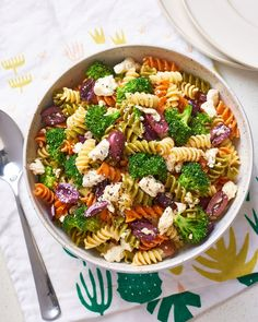 Recipe: Broccoli and Feta Pasta Salad. In this STEP-BY-STEP recipe, you'll learn how to mix and match pasta and vegetables in several ways. You'll need black pepper, feta cheese, wine vinegar and Kalamata olives. Quick Recipes, Healthy Dinner Recipes, Summer Recipes, Ww Recipes, Vegetarian Recipes, Feta Pasta, Feta Salad, Parsley Recipes, Dinner Salads