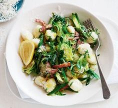 Gnocchi with bacon & spring vegetables Gnocchi Recipes, Bacon Recipes, How To Cook Gnocchi, Meals Under 500 Calories, Lemon Green Beans, Low Cholesterol Diet, Smoked Bacon, Healthy Food, Healthy Recipes