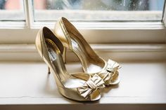 Gold peep toe stilettos with bow detail | Photography by http://www.redonblonde.com/